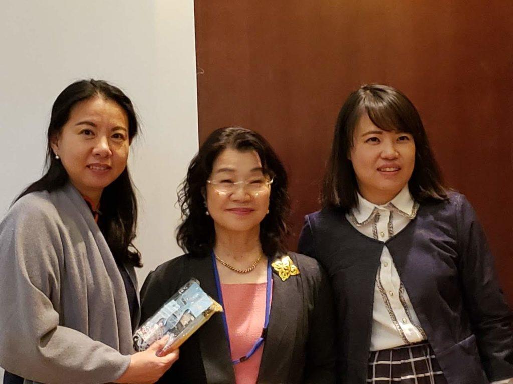 左が張倩主任と田中代表、右は通訳の張磊さん。 久しぶりの再会に喜び合いました。